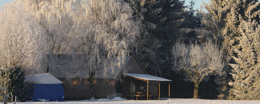 Uitzicht over de camping villa's weide in de winter.